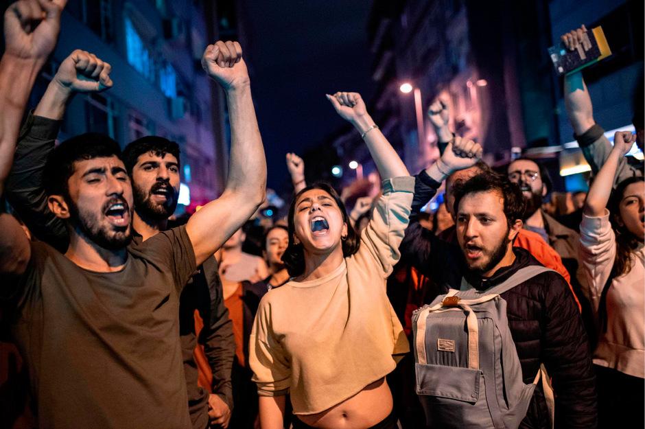 Unterstützer des gewählten Bürgermeisters Imamoglu gingen am Montagabend in Istanbul spontan auf die Straße. Andere klapperten auf Töpfen.