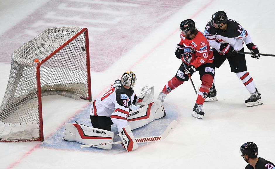 Alexander Cijan setzt sich gegen Kanada-Keeper Matt Murray durch.