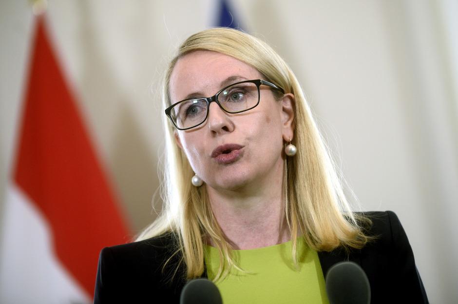Wirtschaftsministerin Margarethe Schramböck (ÖVP) verteidigt die App der Regierung.