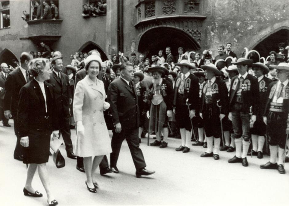 Queen Elizabeth II. mit Landeshauptmann Eduard Wallnöfer.
