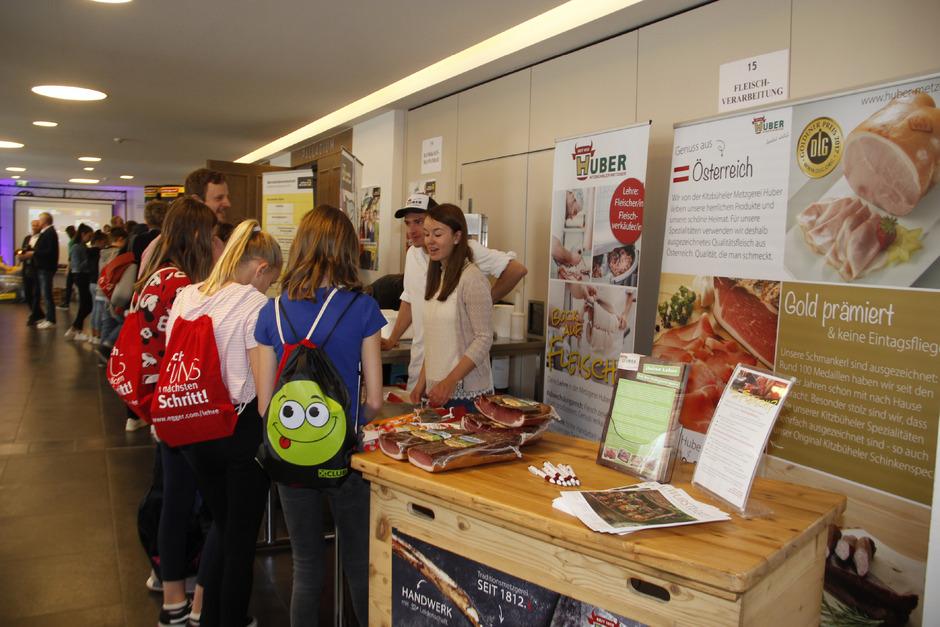 Die Schüler konnten sich bei 15 Firmen über mehr als 30 Lehrberufe informieren. Erstmals war mit der Metzgerei Huber auch ein fleischverarbeitender Betrieb mit dabei.