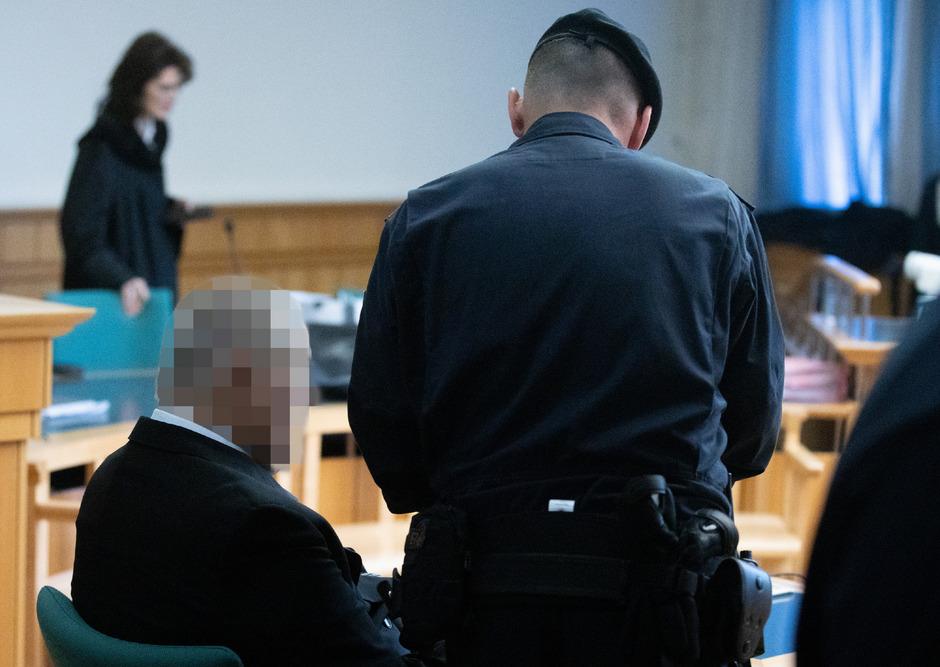 Der Angeklagte am Mittwoch vor Beginn des Prozesses im Gerichtssaal.