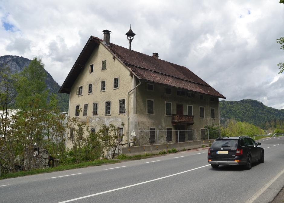 Wartet schon lange auf die Abrissbirne: Der Bayerische Hof direkt an der Eibergstraße soll nun einem Billighotel weichen.