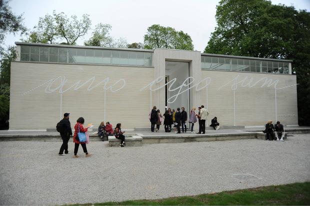 """Mit """"Amo ergo sum"""" (Ich liebe, also bin ich) empfängt Renate Bertlmann die Besucher im österreichischen Pavillon in den Giardini der Biennale."""