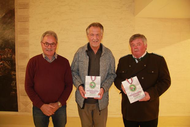 Robert Günter Klien (M.), Landesschützenmeister Julius Vorhofer (r.) und Lois Kaltenböck (Athesia-Tyrolia) präsentierten die Chronik.