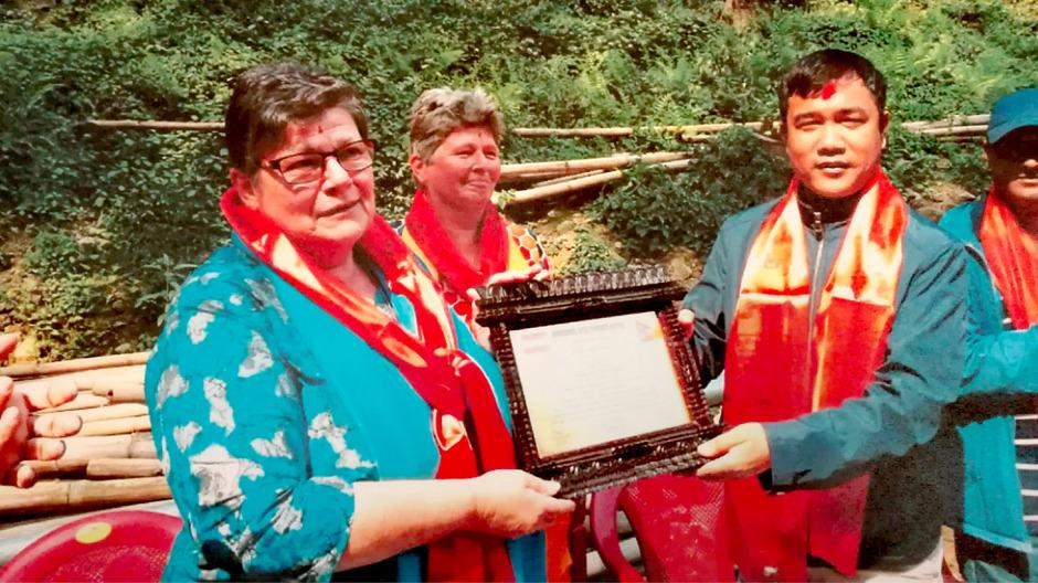 Unverhofft kommt oft: Ulrike Jäger und Omari Claudia Brüderle nahmen die Ehrenurkunde von Nepals Sozialminister Gajendra Mahz (v.l.) entgegen.