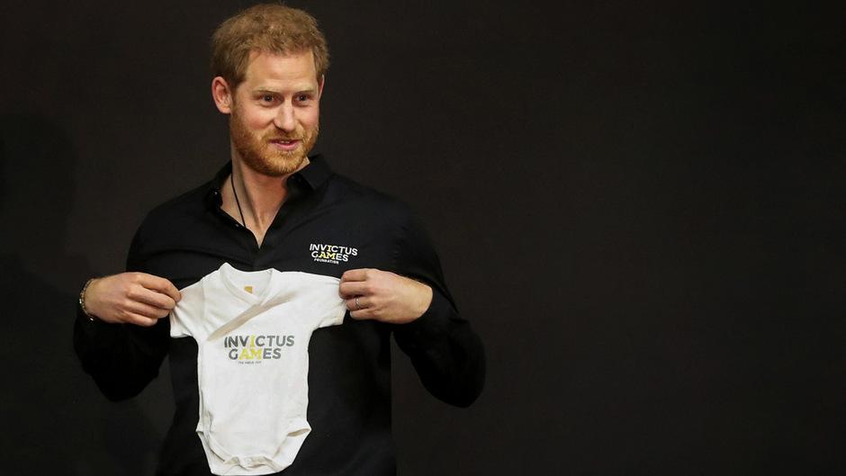 Prinz Harry bekam einen Strampleanzug für seinen Sohn Archie geschenkt.