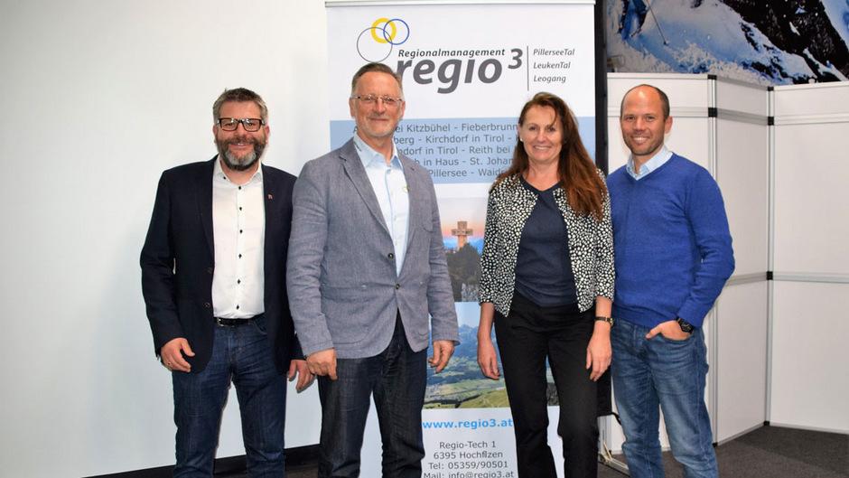 Leader-Mitgliederversammlung: Obmann-Stv. Stefan Jöchl, Obmann Sebastian Eder, Andrea Fink vom Land Tirol und Geschäftsführer Stefan Niedermoser (v.l.).