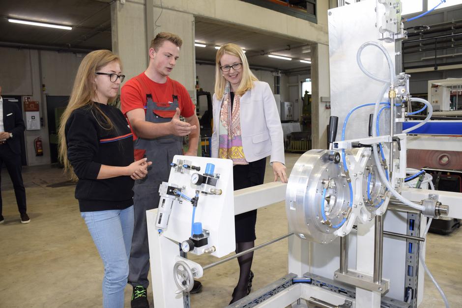 Ministerin Margarete Schramböck bei der Firma Steinbacher im Gespräch mit den Lehrlingen Johanna Hammer und Thomas Köck.