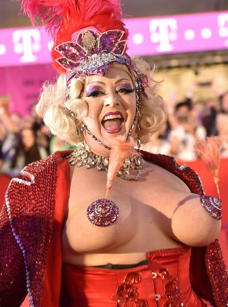 Auch 2017 waren wunderschöne Kostüme und viel nackte Haut am Life Ball zu sehen.