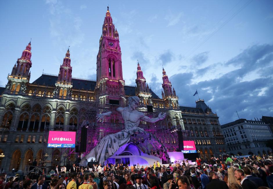 Ein Überblick des Life Ball-Areals am Wiener Rathausplatz im Juni 2017.