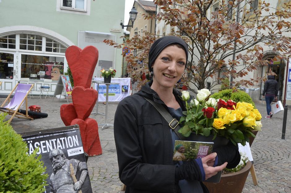Sandra Klausner verteilte gestern zusammen mit Vertretern der Stadt Fairtrade-Rosen in der Schwazer Altstadt.