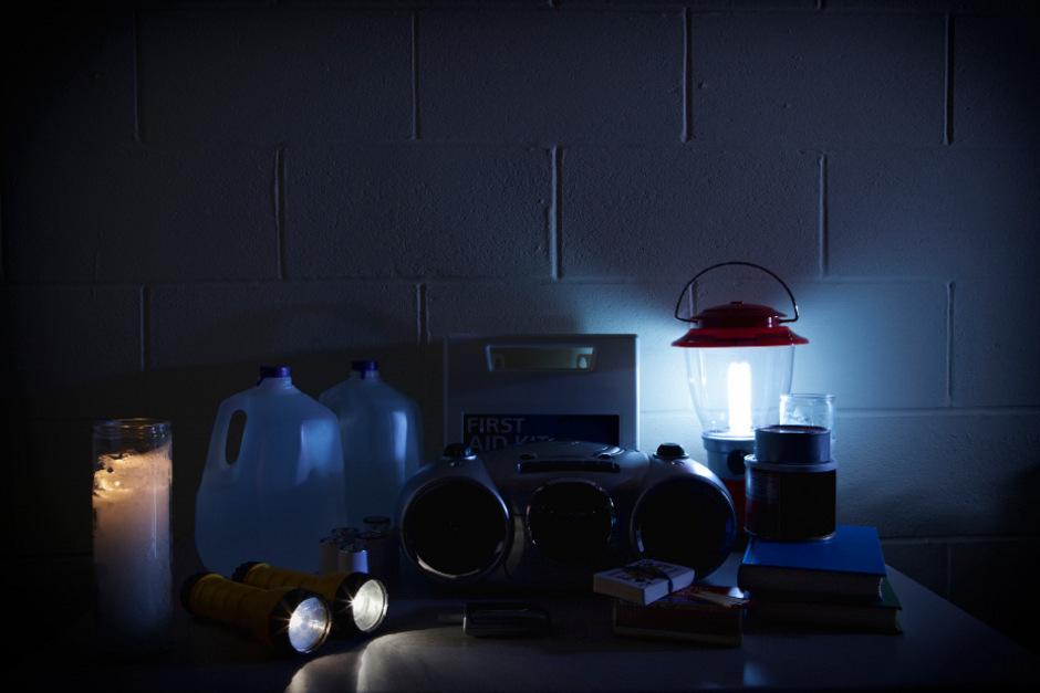 Um auf den Ernstfall vorbereitet zu sein, sollten Wasser, haltbare Lebensmittel, Taschenlampen sowie Erste-Hilfe-Material vorrätig sein.