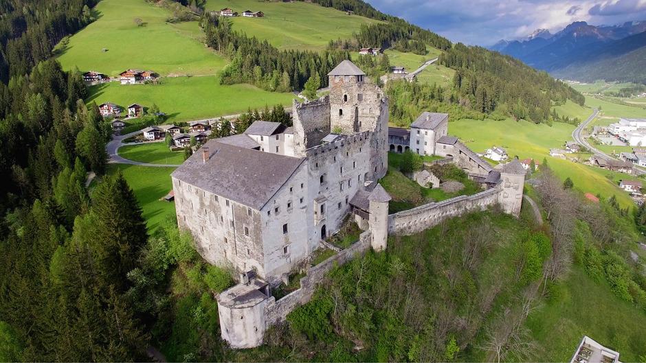 Der Umbau von Burg Heinfels soll Ende 2019 abgeschlossen sein. Für Besucher wird ein Parkplatz errichtet.