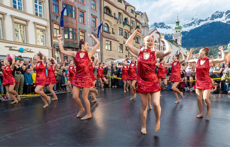 Mit Tanz und Akrobatikvorführungen wurden die unzähligen Tirolerinnen und Tiroler, die aus allen Landesteilen nach Innsbruck zum Flanieren und Einkaufen kamen, unterhalten. Mehr Fots in der Bildergalerie.