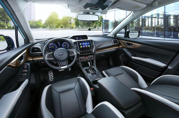Der Innenraum ist sehr hochwertig verarbeitet und wird vom zentralen, 8-Zoll großen Touchscreen dominiert.