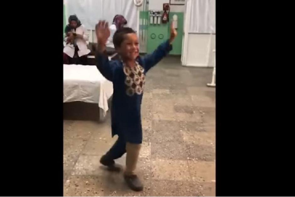 Vor Freude über das neue Bein legte der kleine Ahmad einen Tanz hin.