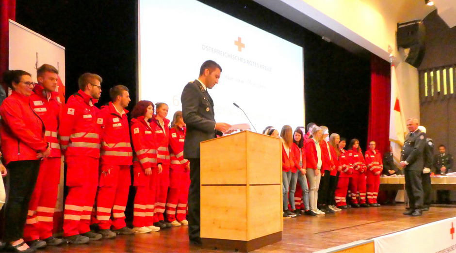 30 neue Mitglieder wurden bei der Jahreshauptversammlung des Roten Kreuzes Kufstein feierlich angelobt.