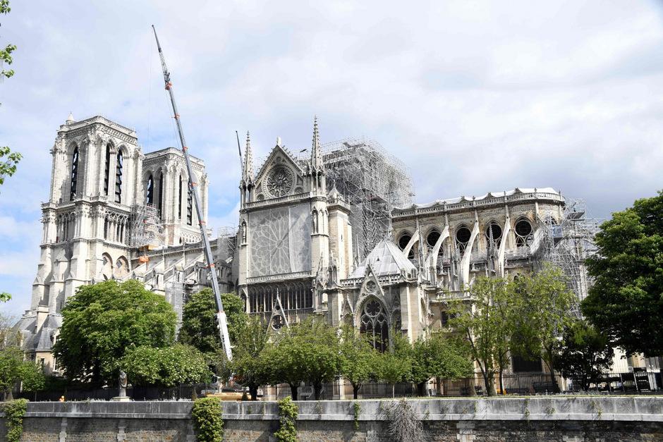 DIe Kathedrale wird nach dem verheerenden Brand gesichert.