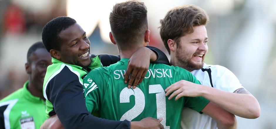 Der Zusammenhalt stimmt – nach seinem sechsten Saisontreffer jubelte Milan Jurdik (M.) bei der Bank auch mit Physio Lukas Stolz (r.).