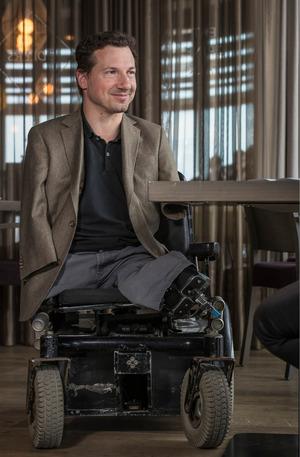 raberger kann die Sitzhöhe seineselektrischen Roll-stuhls auf 1,80 Meter anheben.