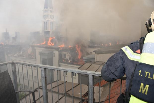 180 Einsatzkräfte und 40 Feuerwehrfahrzeuge waren im Einsatz, um die Flammen einzudämmen.