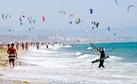 1 Am Strand von Tarifa lassen zig Kite-Surfer ihre Drachen steigen.