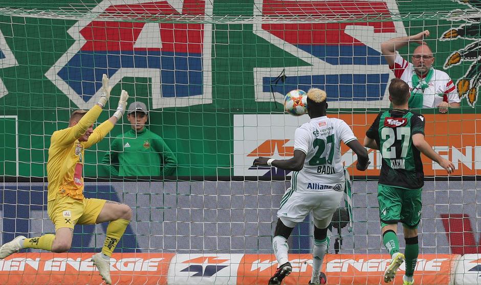 Wacker-Torhüter Christopher Knett versuchte zu verhindern, was nicht mehr zu verhindern war. Aliou Badji erzielte den Siegtreffer für Rapid.