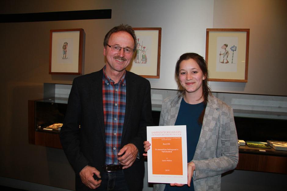 Museumsvereins-Obmann Walter Stefan begrüßte Jasmin Wallner, die in ihrer Masterarbeit die eisenzeitlichen Funde aufgearbeitet hat.