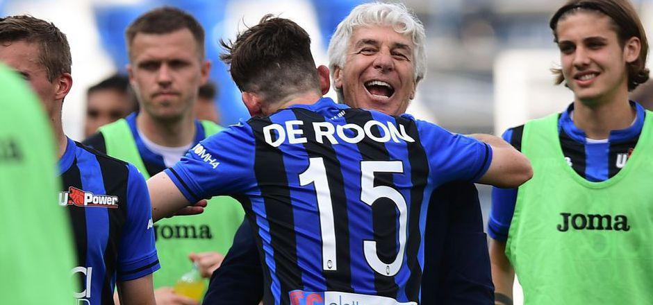 Atalantas Gian Piero Gasperini (mi.) feiert mit Mittelfeldspieler  Marten de Roon.