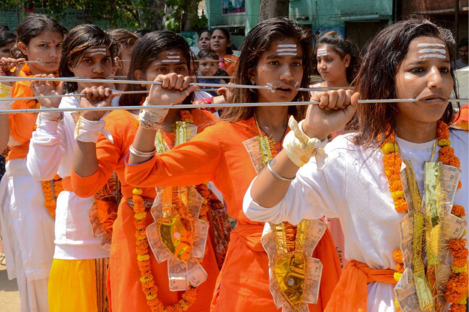 Prozession zu Ehren der Hindu-Göttin Sheetla Mata zum Muttertag in Indien.