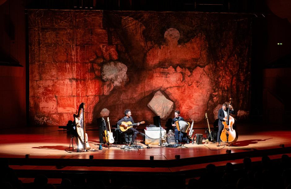 """In der """"Philharmonie im Gasteig"""" in München spielte das """"Herbert Pixner Projekt"""" erstmals vor dem sieben mal 13 Meter großen Bühnenbild von Horst Rainer."""