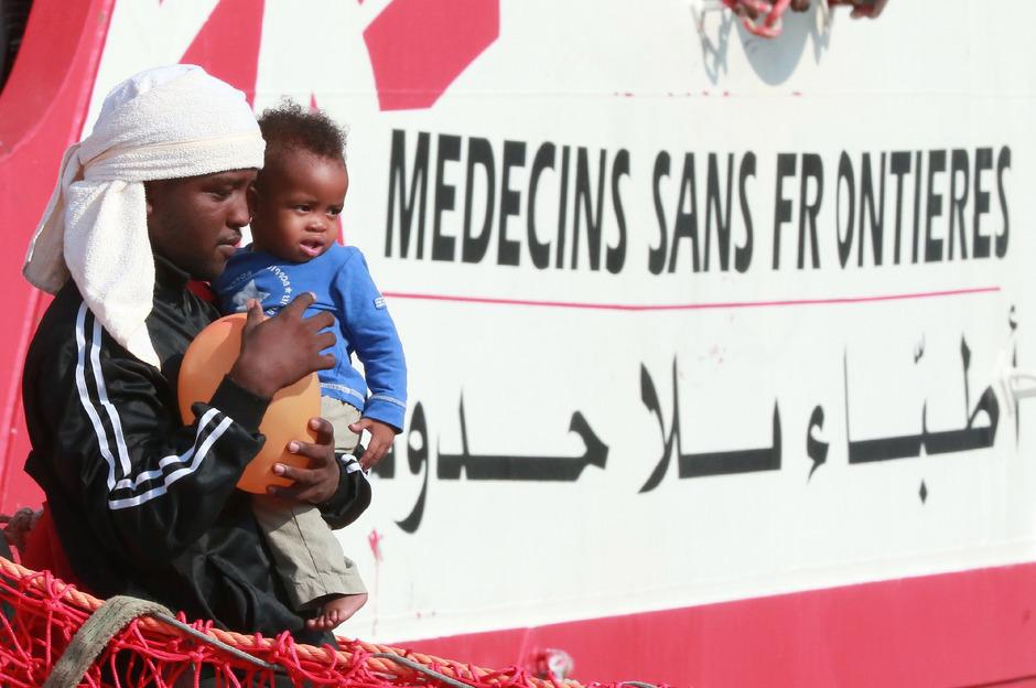 Migranten verlassen ein Rettungsschiff an der italienischen Küste.