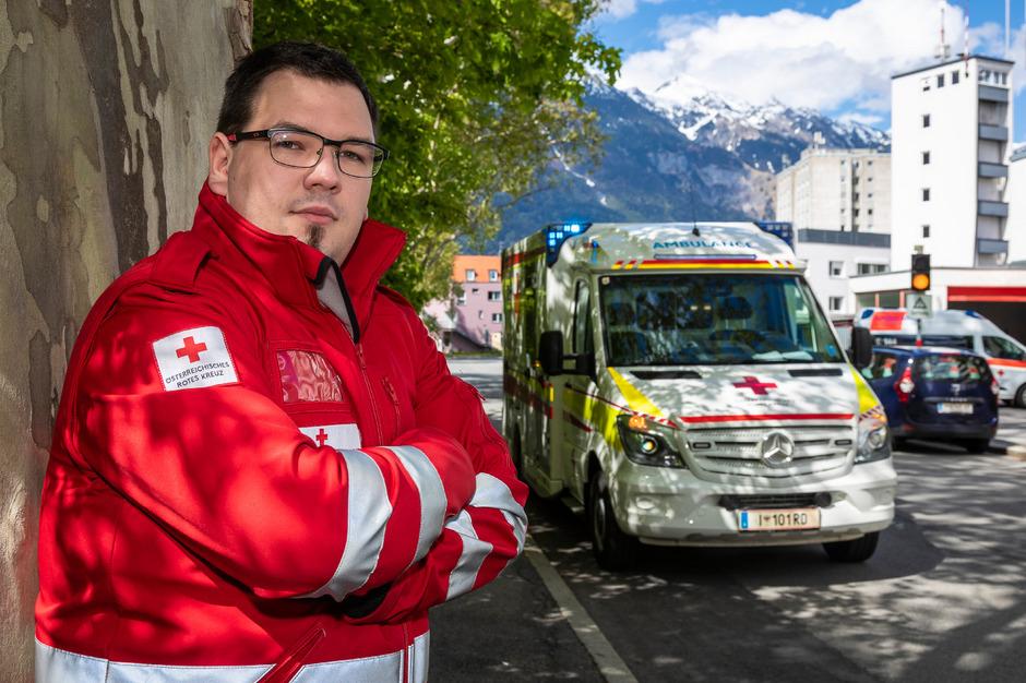 """Lukas Scheibenstock, 29 Jahre alt, arbeitet seit 2011 beim Roten Kreuz in Innsbruck hauptberuflich als Sanitäter und wurde vor zwei Jahren im Einsatz verprügelt. Er glaubt, dass es """"früher mehr Toleranz uns Rettern gegenüber gegeben hat."""""""
