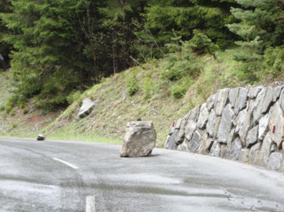 Der herabgestürzte Fels ist ca. einen Kubikmeter groß.
