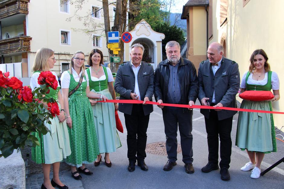 Die Damen von Imst Tourismus überließen es BM Stefan Weirather, BM Willi Schatz und TVB-Obmann Hannes Staggl (v.l.), die Rosengartenschlucht zu eröffnen.