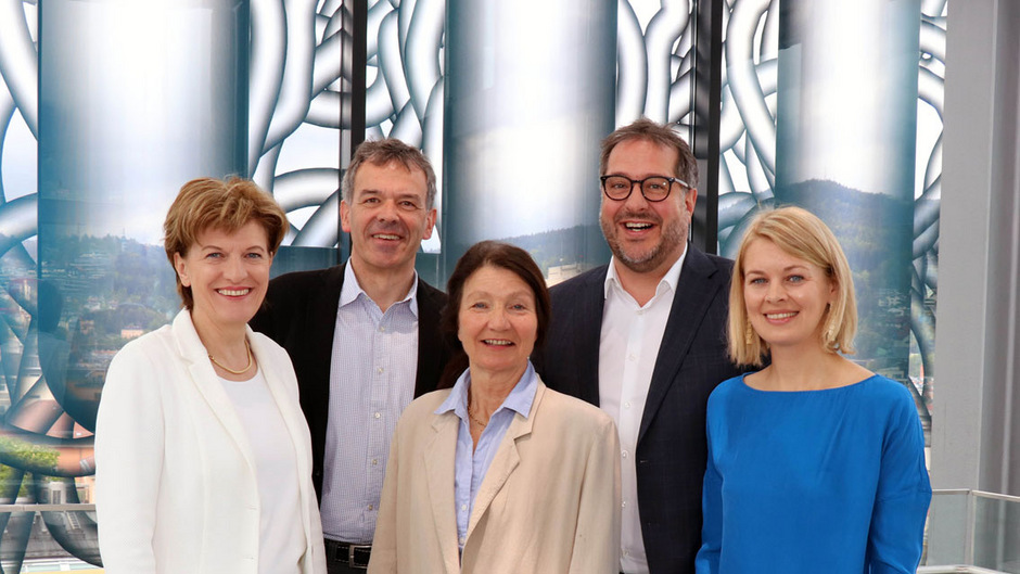V.l.: Vizebürgermeisterin Christine Oppitz-Plörer (FI), Bürgermeister Georg Willi (Grüne), Stadträtin Uschi Schwarzl (Grüne), Vizebürgermeister Franz X. Gruber (ÖVP) und Stadträtin Elisabeth Mayr (SPÖ) zogen nach einem Jahr Bilanz.