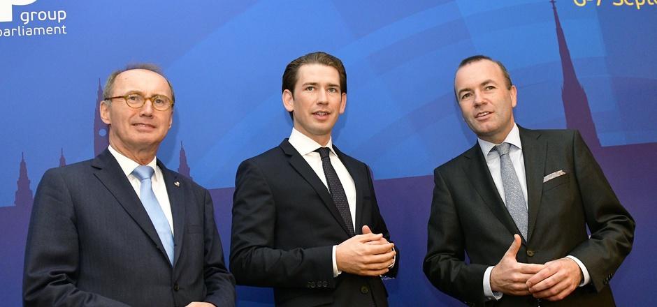 Schwierige Situation für ÖVP-Spitzenkandidat Karas – ob der scharfen Töne von ÖVP-Kanzler Sebastian Kurz in Richtung Brüssel.