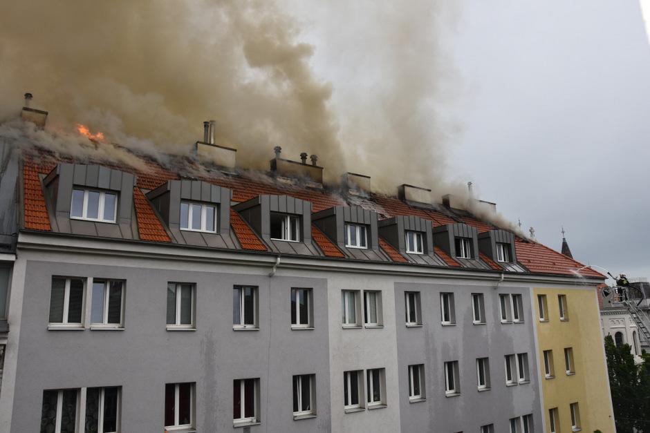 In einem Mehrparteienhaus auf der Simmeringer Hauptstraße ist am Samstag  ein Dachbrand ausgebrochen.