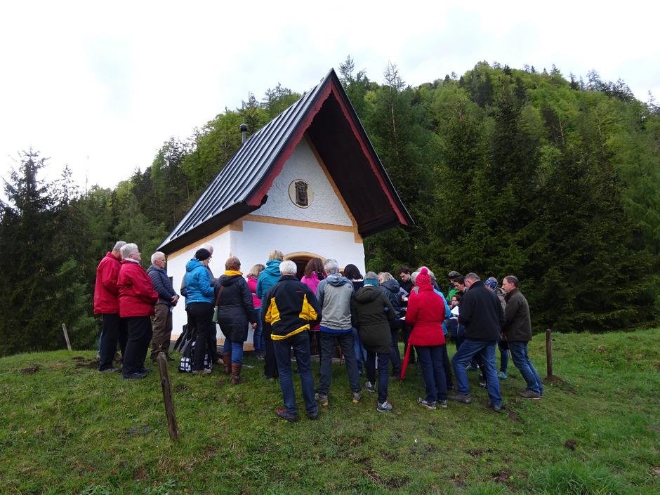 Bei der Eiblbichlkapelle im Erpfendorfer Weiler Wohlmuting erlebten die Gläubigen eine stimmungsvolle Maiandacht in freier Natur.