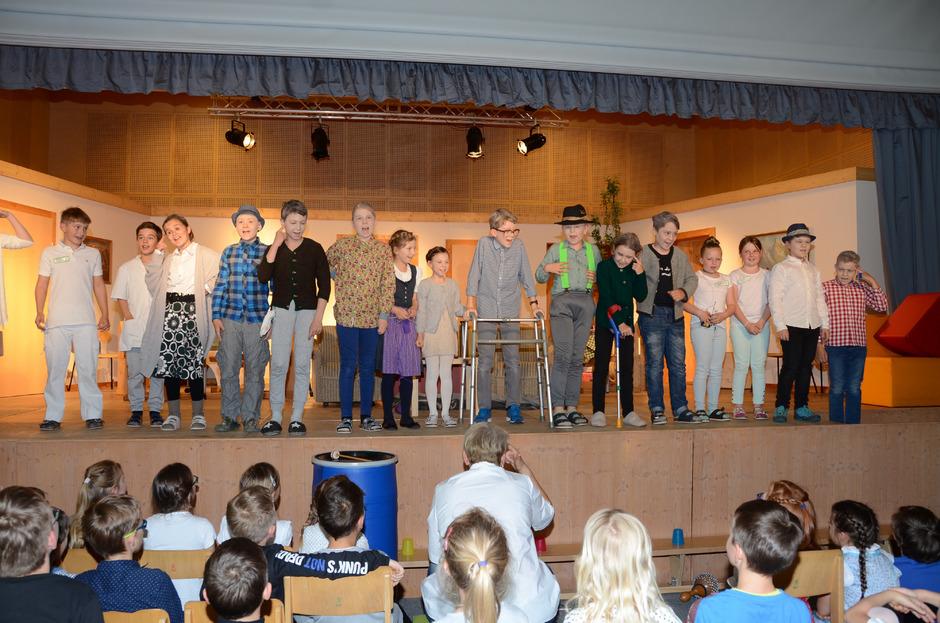 Zum 50-Jahr-Jubiläum des Schulhauses präsentierten die Kinder den Besuchern ein buntes Unterhaltungsprogramm.