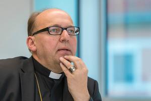 """""""Ich sehe das Werk als eine temporäre Provokation, um über erstarrte Gottesvorstellungen nachzudenken"""", sagt Hermann Glettler (Bischof)."""