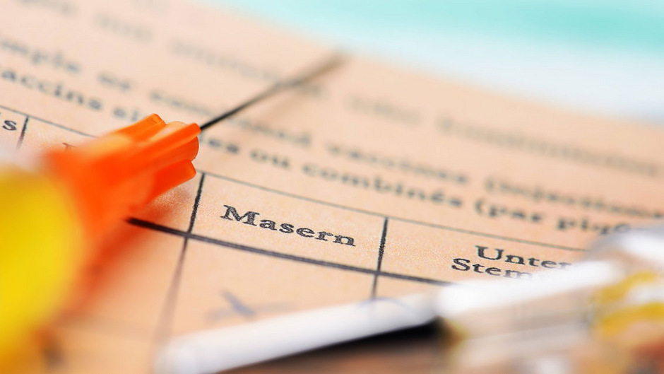 Die Landessanitätsdirektion Tirol empfiehlt vor allem Personen zwischen 20 und 50 Jahren, ihren Masern-Impfstatus zu überprüfen und, wenn notwendig, sich ein zweites Mal impfen zu lassen.