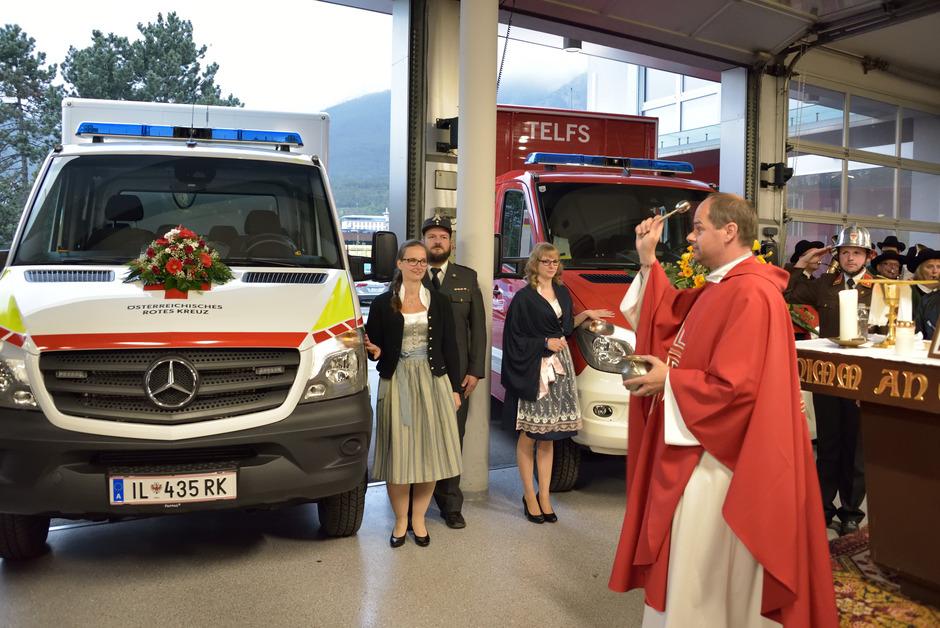 Dekan Peter Scheiring segnete die modernen Lastfahrzeuge von Feuerwehr und Rotem Kreuz Telfs.