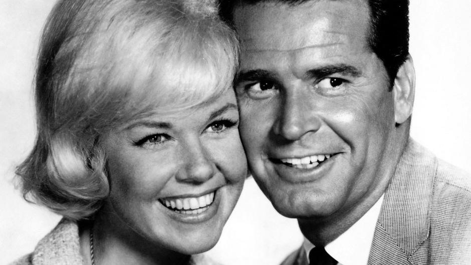 """Die Schauspieler Doris Day und James Garner in einer Szene aus """"Eine zuviel im Bett""""."""