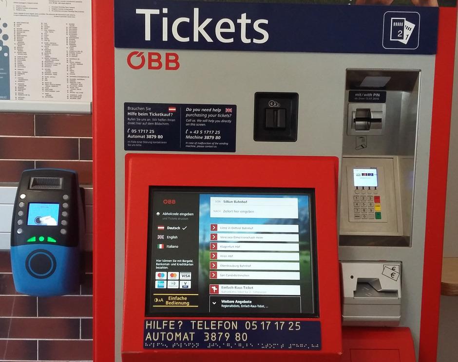 Im Rahmen einer Schulung am Bahnhof in Sillian wird die Bedienung der Fahrkartenautomaten der ÖBB erläutert.