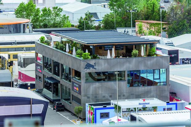 """Zum ersten Einsatz kam die neue """"Energy Station"""" im F1-Fahrerlager in Barcelona (Bild), derzeit wird sie in Monaco wieder aufgebaut."""
