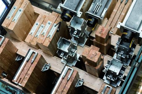 Blick in eine Ladefläche: Die Befüllung der 32 Lkw, auf denen das Motorhome zu Rennstrecken transportiert wird, ist exakt festgelegt. Sogar Ausfräsungen im Millimeterbereich werden genutzt.