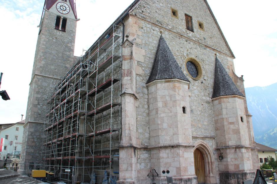 Derzeit wird die Nordfassade der mehr als 500 Jahre alten Jenbacher Kirche renoviert. Seit fast drei Jahren laufen die Arbeiten.