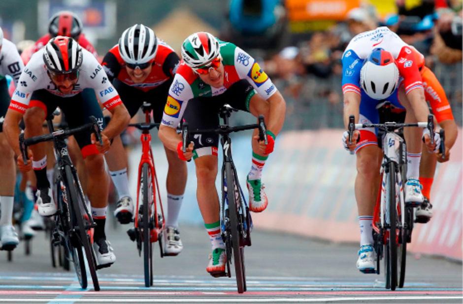 Elia Viviani aus dem Deceuninck-Team setzte sich am Montag auf dem dritten Abschnitt von Vinci nach Orbetello (220 km) vor Fernando Gaviria und Arnaud Demare durch.